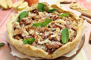 Слоеный пирог с яблоками и корицей