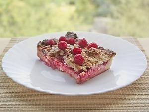 Творожный пирог со сливами и малиной