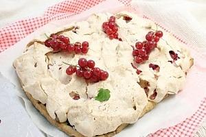 Пирог из красной смородины с меренгой