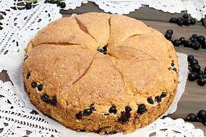 Пирог с черной смородиной и яблоками