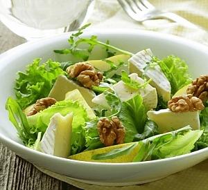 Салат з камамбером і грушею