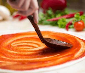 Червоний і білий соуси для піци