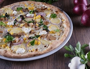 Піца з грибами і кукурудзою