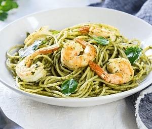 Спагетти с креветками и зеленым соусом