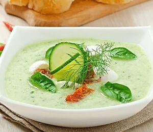 Огуречный суп с моцареллой и вялеными помидорами