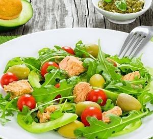 Салат с тунцом, авокадо и рукколой