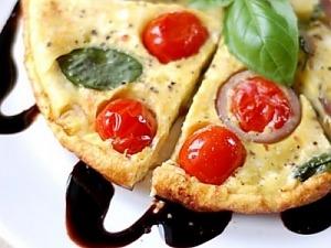 Омлет с помидорами черри и красным луком