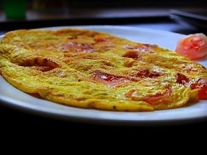 Омлет з помідорами і сиром на сковороді