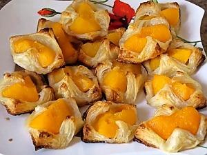 Слойки-корзиночки с персиками