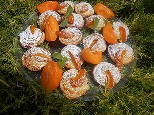 Слойки-равлики з абрикосами