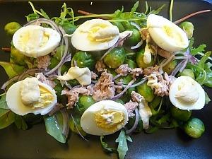 Салат с тунцом, брюссельской капустой и яйцами