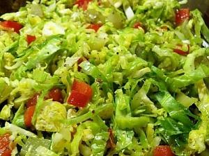 Салат из свежей брюссельской капусты