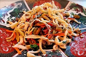 Теплый салат с кальмарами и овощами