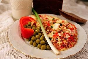 Омлет с вареной колбасой, перцем и зеленым луком