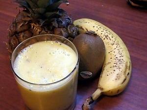 Коктейль на кефире с ананасом, бананом и киви