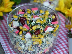 Салат с крабовыми палочками и черным рисом