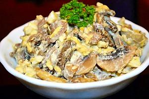 Салат с печенью, сыром и грибами