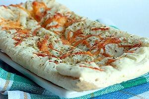 Пирог из слоеного теста с сыром и оливками