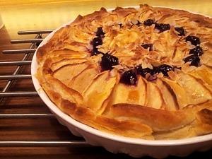 Слоеный пирог с халвой и яблоками