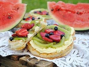 Пирожное из слоеного теста с кремом и ягодами