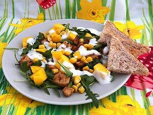 Салат с рукколой, манго и курицей