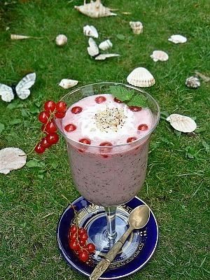 Коктейль с красной смородиной и орехами на кокосовом молоке
