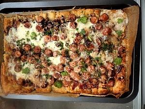 Пицца с сосисками на слоеном тесте