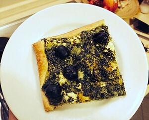 Пицца со шпинатом, фетой и оливками из слоеного теста