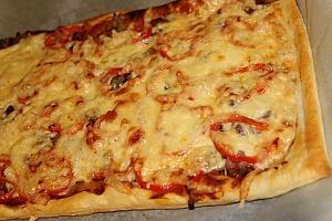 Слоеная пицца с беконом и грибами