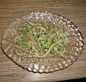 Простой салат с кальмарами, свежим огурцом и яйцом