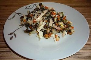 Салат из кальмаров, морской капусты и яиц