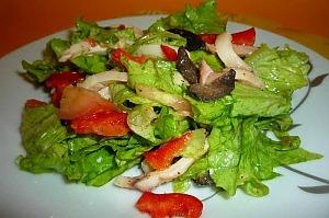 Салат с кальмарами и овощами без майонеза