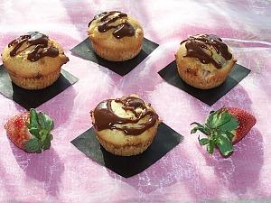 Маффины со свежей клубникой и шоколадом