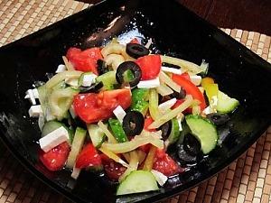 Овощной салат с фетой и маслинами