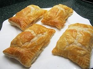 Пирожки из слоеного теста с колбасой и сыром
