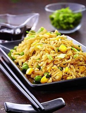 Жареный рис с кукурузой и горошком
