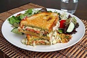 Бутерброд с моцареллой и помидорами