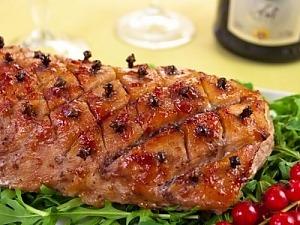 Запеченная свинина с брусничным джемом и гвоздикой