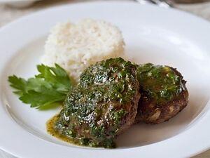Рубленый бифштекс с зеленым соусом