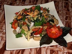 Салат с мидиями, овощами и зеленью