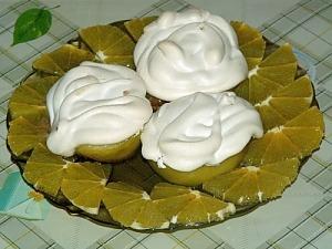 Десерт из яблок с мороженым и взбитыми белками