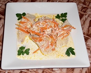Рыба, тушенная в сметане с луком и морковью