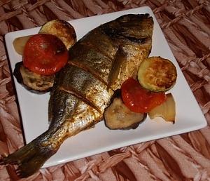 Дорадо, запеченная с овощами