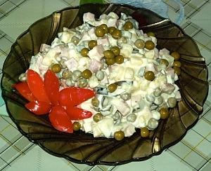 """Салат """"Оливье"""" с колбасой и солеными огурцами"""