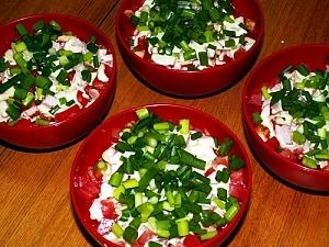 Салат с крабовыми палочками и солеными огурцами