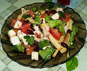 Салат с фасолью, куриной грудкой, брынзой и сухариками