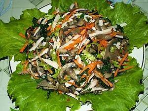 Салат из крапивы с  копченостями