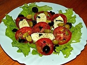 Салат с помидорами, моцареллой и оливками
