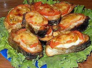 Горбуша с помидорами под сыром