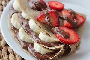 Овсяные блины с шоколадом, бананами и клубникой